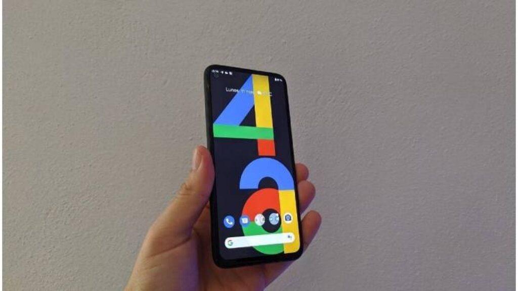 حجم موبايل Google Pixel 4a فى اليد